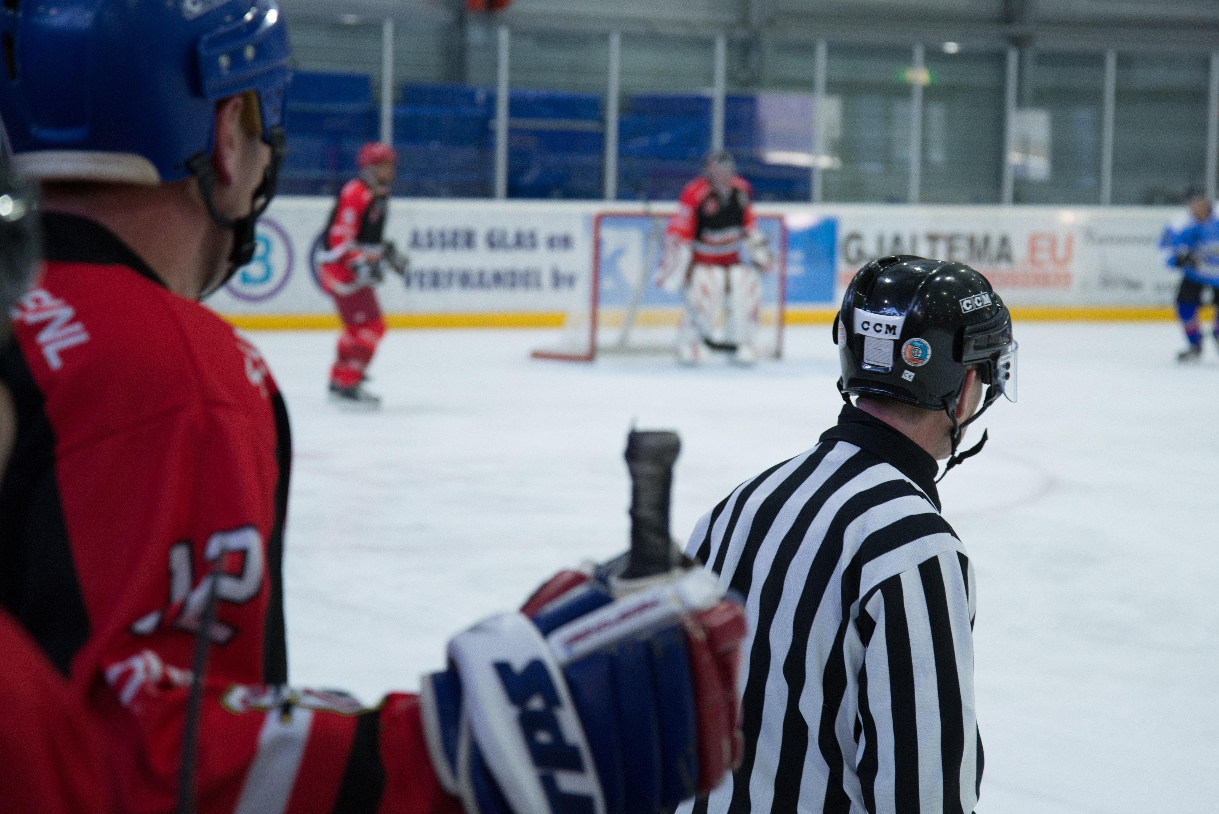 Ishockeydomare som håller koll